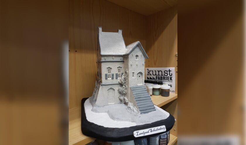 Het miniatuur van Landgoed Schuilenburg heeft Joop Essers al af. (Eigen foto)