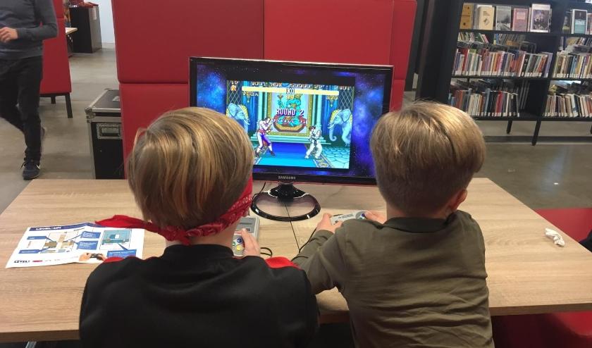 Jong en oud kunnen retrogames op Arcade-kasten uit de jaren '80 spelen.