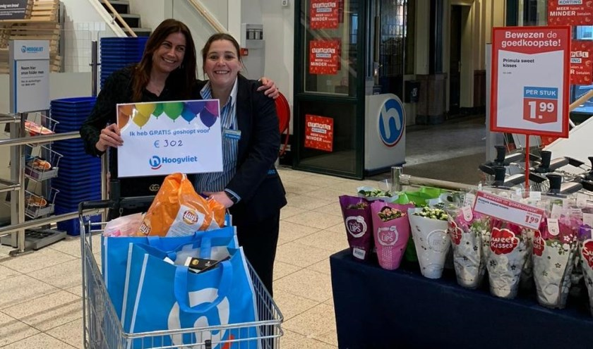 De winnares met rechts supermarktmanager Nathalie Dinkla.