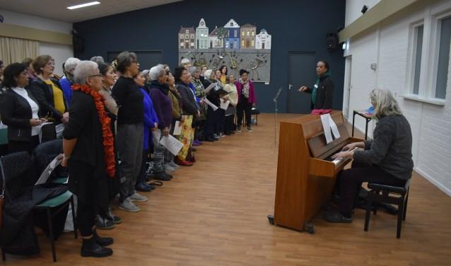 """Ferry Limaheluw: """"Iedereen is welkom bij het koor, iedereen wordt gerespecteerd, want zang verbroedert."""" (Foto: Van Gaalen Media) Foto: Van Gaalen Media © DPG Media"""