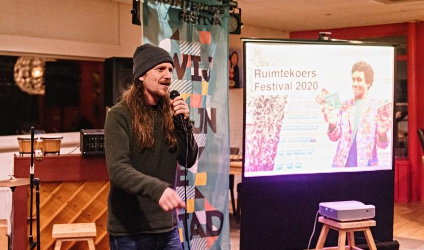 Tim Lenders trapt Ruimtekoers af met spoken word.