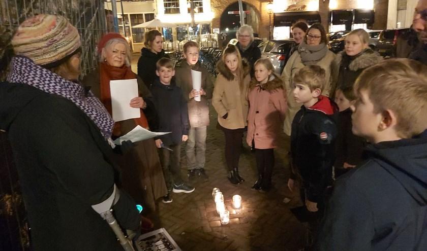 Diep onder de indruk luisteren de kinderen naar de lotgevallen van de Joodse families die in de binnenstad van Zaltbommel woonden.