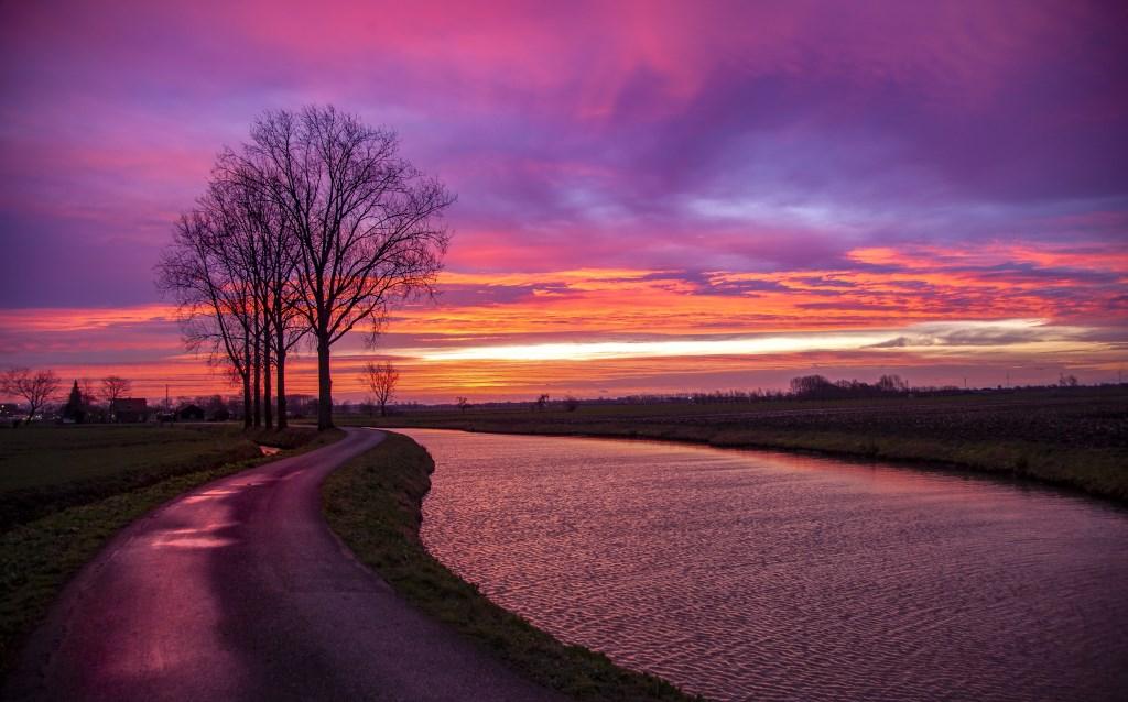 Kleurrijke zonsopkomstin Beesd Foto: Betuwefotograaf.nl © DPG Media
