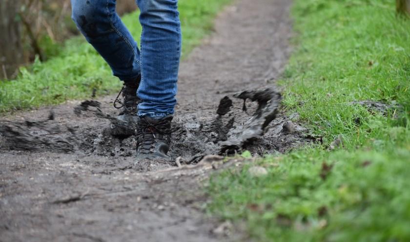 Er zitten flink wat modderige kuilen in 't Hooge Pad, stevige bergschoenen zijn echt wel een must als je hier gaat wandelen. FOTO: Rachel van Westen