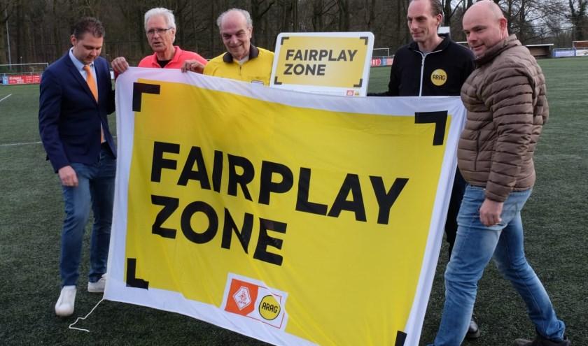 Vlnr: KNVB ambassadeur Freddy Dahm, Harrie Haverkamp, Willem Kaptein, Scheidsrechterscoördinator Bas Kaptein, David Franke.