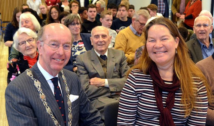 Burgemeester Bas Eenhoorn met naast hem de Zweedse ambassadeur Annika Markovic. Erachter in het midden speciale gast Wim Doorduin. Foto Frans Assenberg.