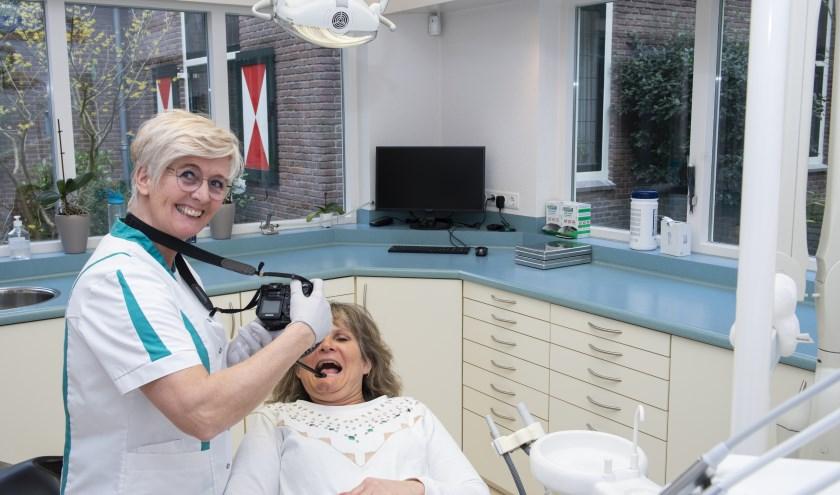 Bijzondere carrièreswitch: fotografe Hannie Engelsma wordt tandartsassistente. 'Hier kan je natuurlijk ook foto's maken.' Foto: Dennis Dekker
