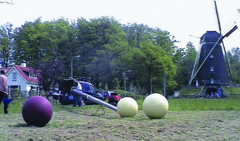 Kunst vanuit Zieuwent in Lonneker: een hele grote keu en dito biljartballen. (Foto: Ard van der Oord)