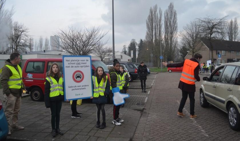 Leerlingen en personeel wezen ouders afgelopen donderdag op hun verkeersgedrag tijdens het afzetten van hun kinderen.
