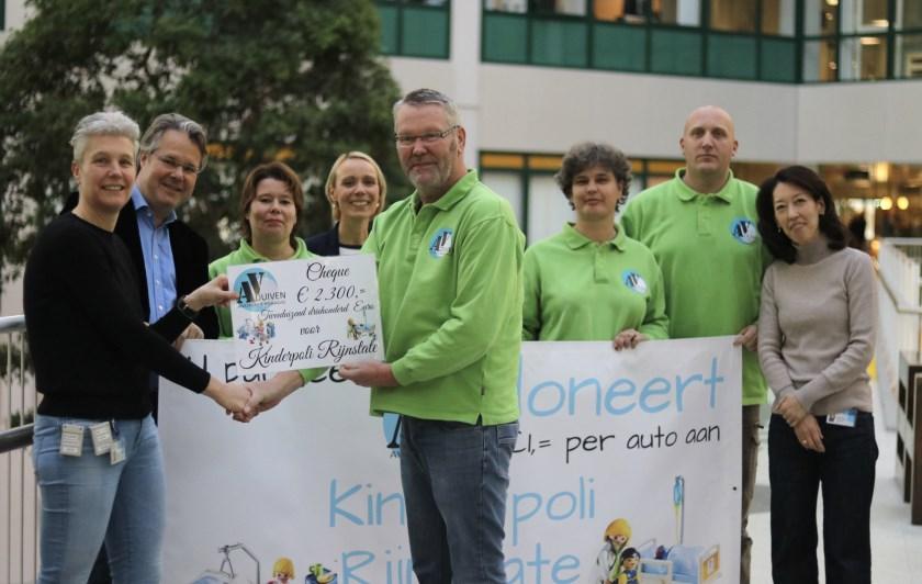 Marco Driessen van de verkeersregelaarsgroep overhandigt de cheque aan Monique Schouten van Rijnstate. Rechts staat Marco Erdhuizen.