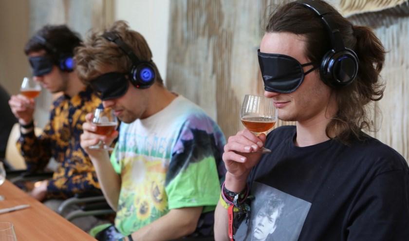 Bezoekers leren op een andere manier bier proeven tijdens een van de vele masterclasses.