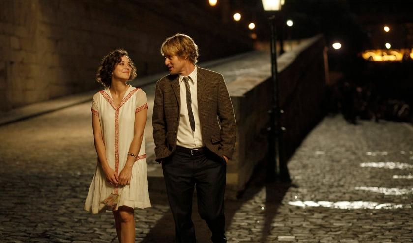 Gil (Owen Wilson) is een aspirant schrijver die met zijn verloofde Inez (Rachel McAdams) en haar ouders een bezoek brengt aan de stad van de liefde.