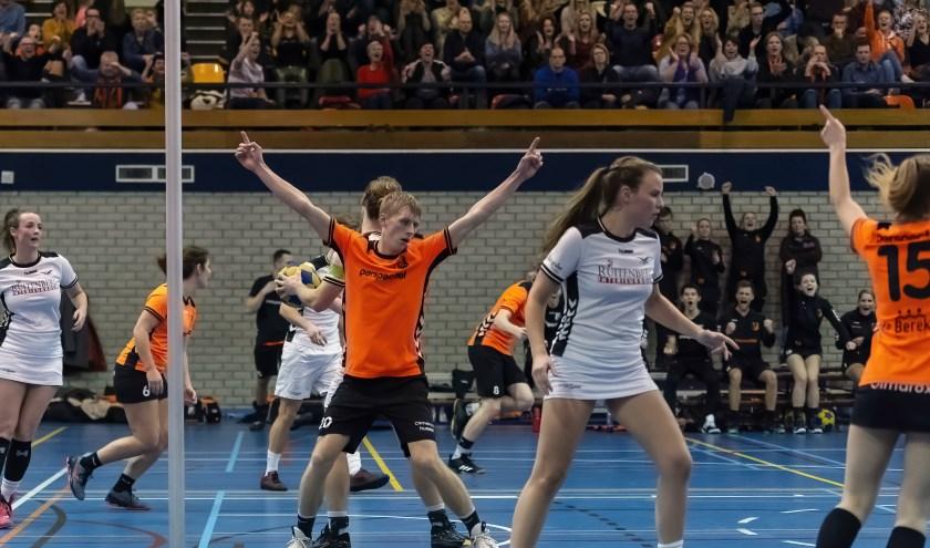 Daan Reijgersberg viert een van zijn acht treffers in de korfbalderby Unitas-De Meeuwen (33-31). (foto: Winanda van Zwamen)