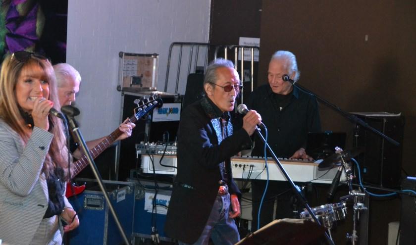 Joey Lee Chong zingt hier samen met Jolanda van Greuningen, op de achtergrond Hans Kubauch op bas en Bert Winter op toetsen.