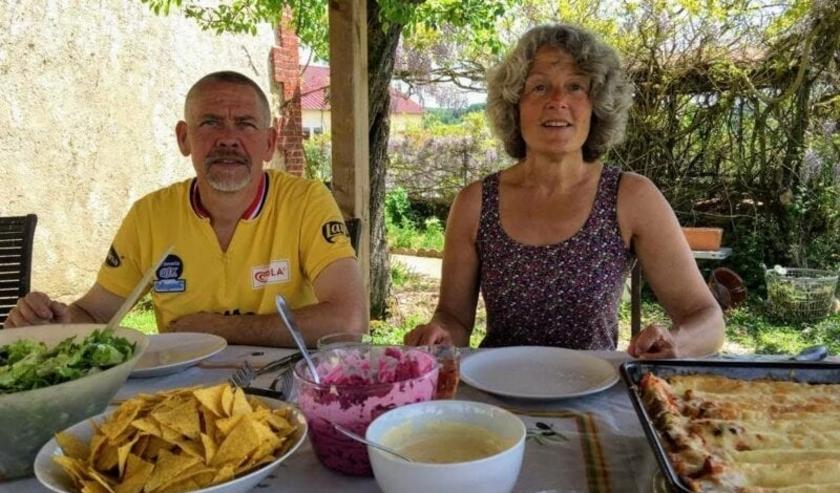 Casper en Monique op hun Franse terras (foto: privébezit)