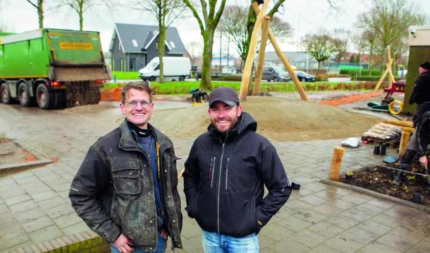 Colin Hogen Esch (links) van Check Infra en Jeroen Hendriks van Hendriks Hoveniers op het schoolplein in Loo.