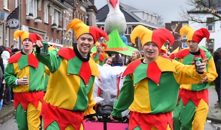 <p>De optocht op carnavalszondag was in 2020 alleen met loopgroepen. (foto: Roel Kleinpenning)</p>