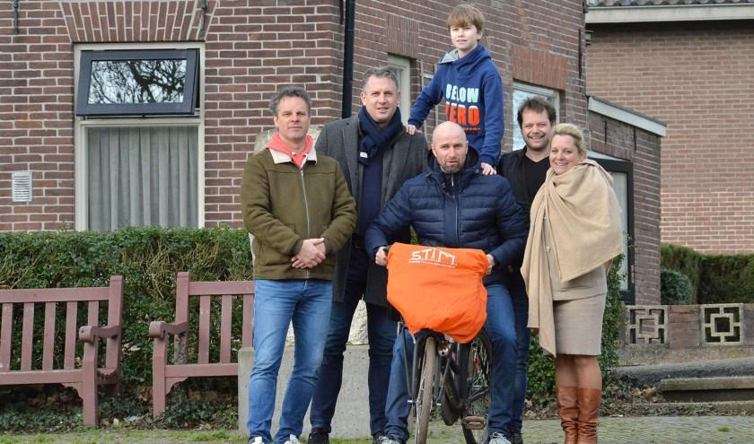 De organisatoren van het IJsselweekend op de IJsselkade, waar straks het muziekpodium komt te staan. (Foto: Paul van den Dungen(