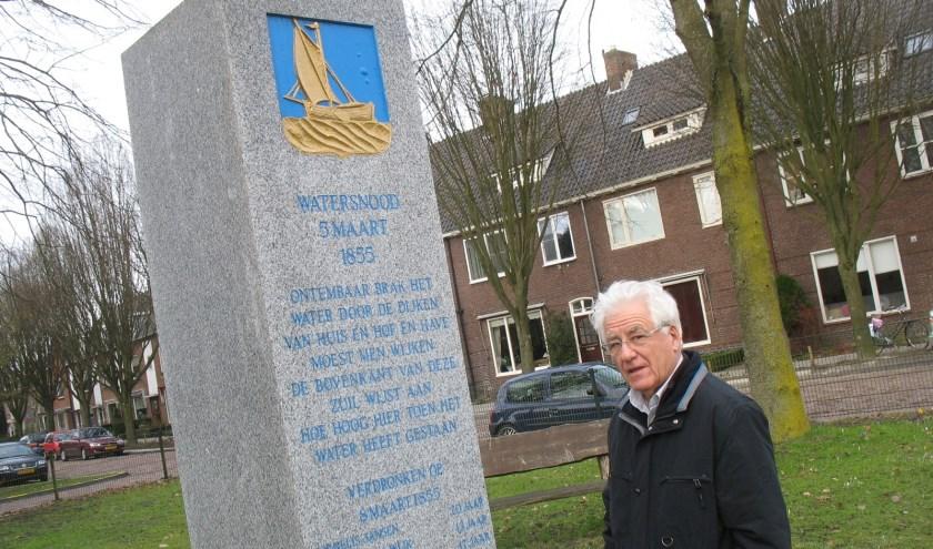 Gert van Wijk onthulde in maart 1955 het monument. Hier staat hij in 2011 bij de nieuwe zuil in het plantsoen aan de Stationssingel in Veenendaal die hij in 2005 opnieuw mocht onthullen. (Archieffoto: Martin Brink/DPG Media)