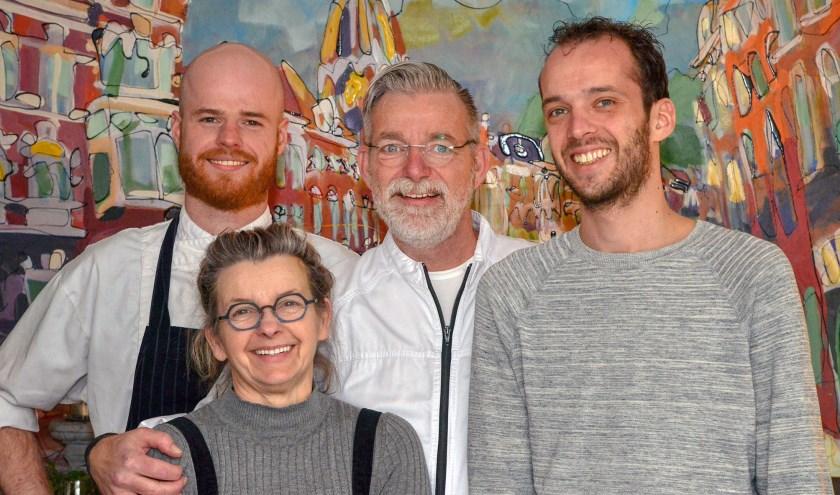 Wesley de Leeuw (l) en Mike de Leeuw (r) nemen restaurant De Schans over van Ries en Lilian Verburgt. (Foto: Paul van den Dungen)