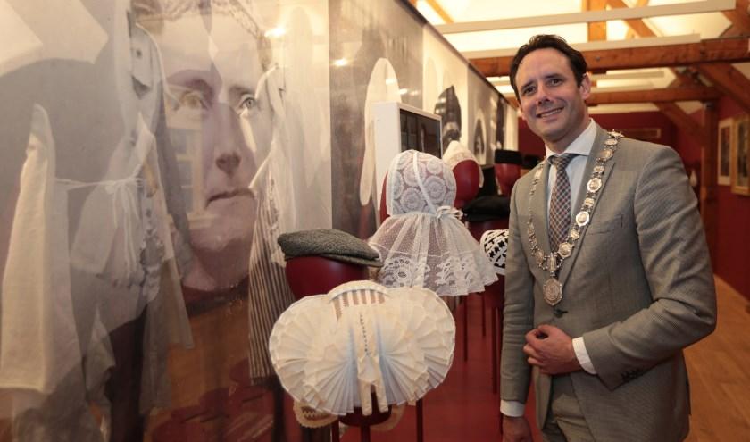 Burgemeester van Harderwijk, Harm-Jan van Schaik, was één van de eerste bezoekers tijdens een speciale preview voor genodigden.