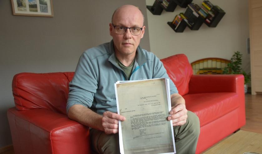 Philip Reinders toont een document dat een rol speelde bij de identificatie van luitenant John Gordon Kavanagh. (Foto Dick van der Veen).