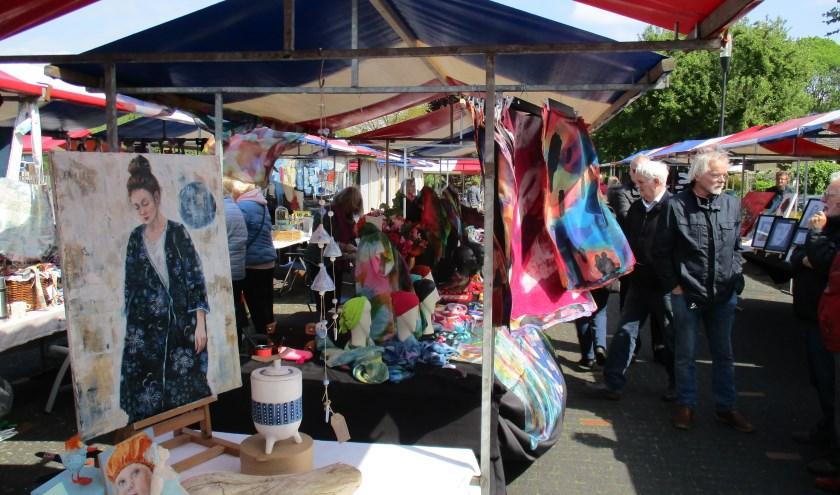 Kunstmarkt Hasselo kent een ontspannen en gezellig sfeertje. (Foto: Bob Gevers)