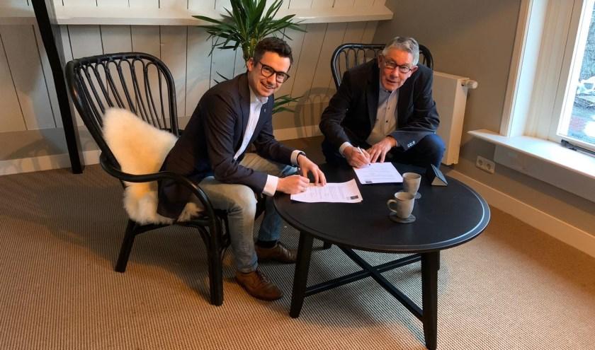 Geert Jan Dalhuisen en Geert Jan van Ark ondertekenen de samenwerkingsovereenkomst. 'Met deze samenwerking hopen we meer starters in de regio te kunnen ondersteunen vanuit onze stichting.'