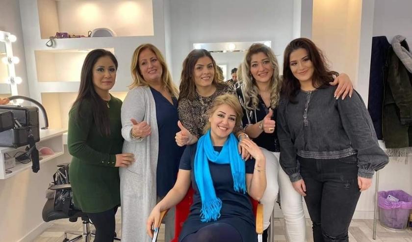 Etab Alshahaf en een aantal van de deelnemers aan haar visagieopleiding.