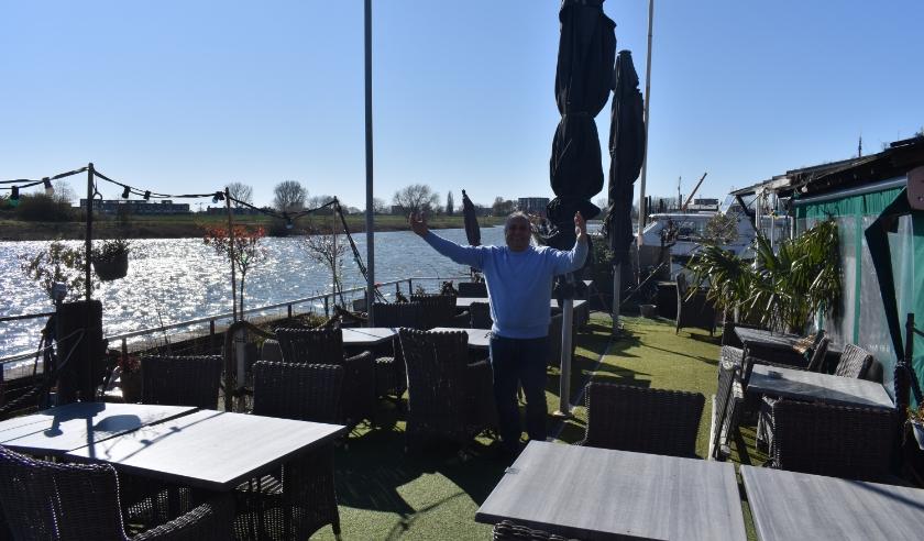 De wanhopige uitbater Faruk op het terras van Liman Valkenburg.