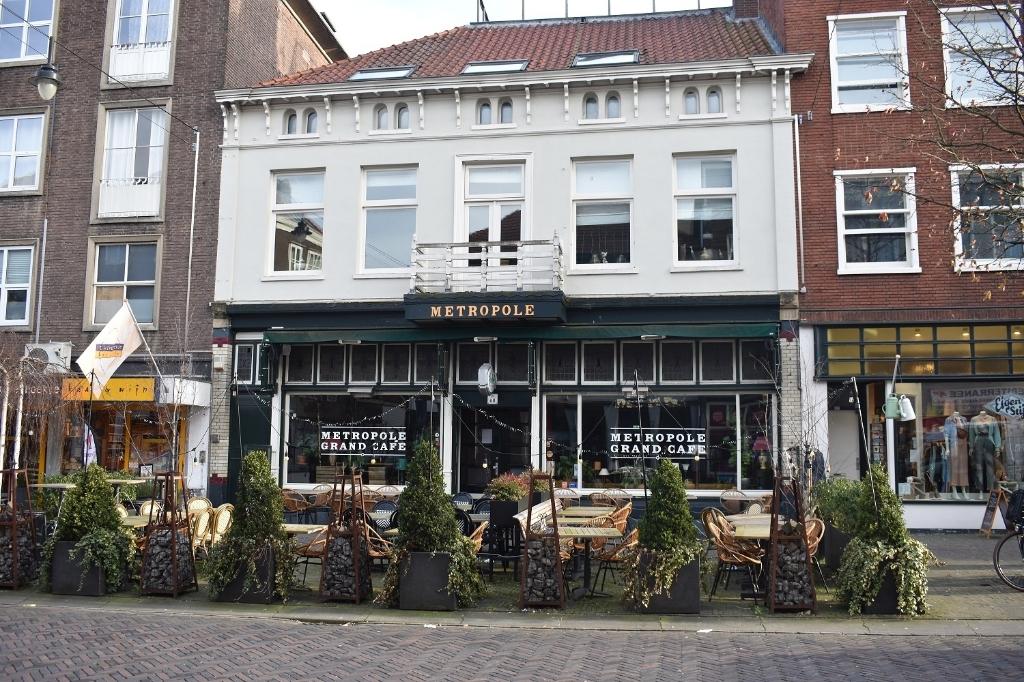 Het verlaten Grand Café Metropole aan de Steenstraat. Foto: Jan Verniers © DPG Media