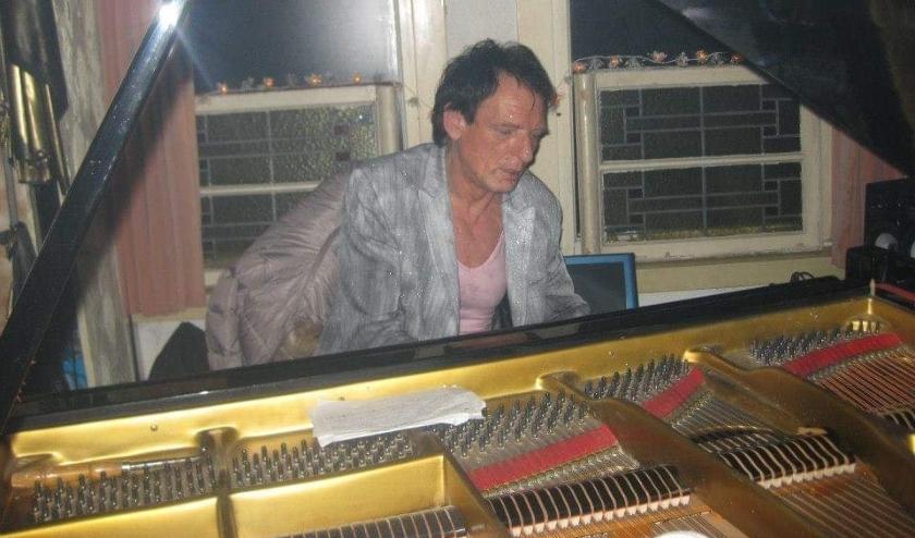 Frans aan zijn piano. Hij componeerde pianomuziek en plaatste af en toe een fusion- of jazznummer op social media.
