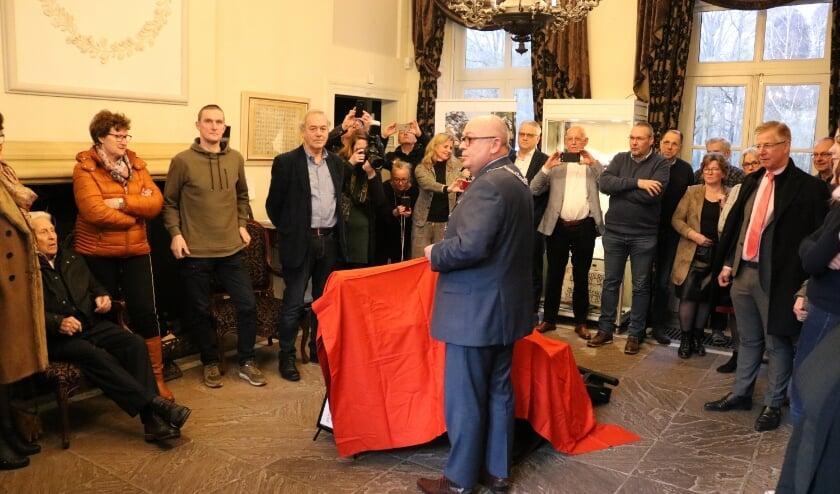 Burgemeester Hofland opende 6 maart de expositie en kort daarna ging alles voor maanden op slot. (Foto: Jan Joost)