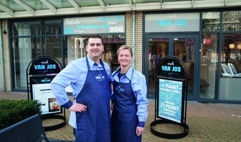 Jos Geerts met zijn zus Jeanine voor de viswinkel in De Wyborgh.