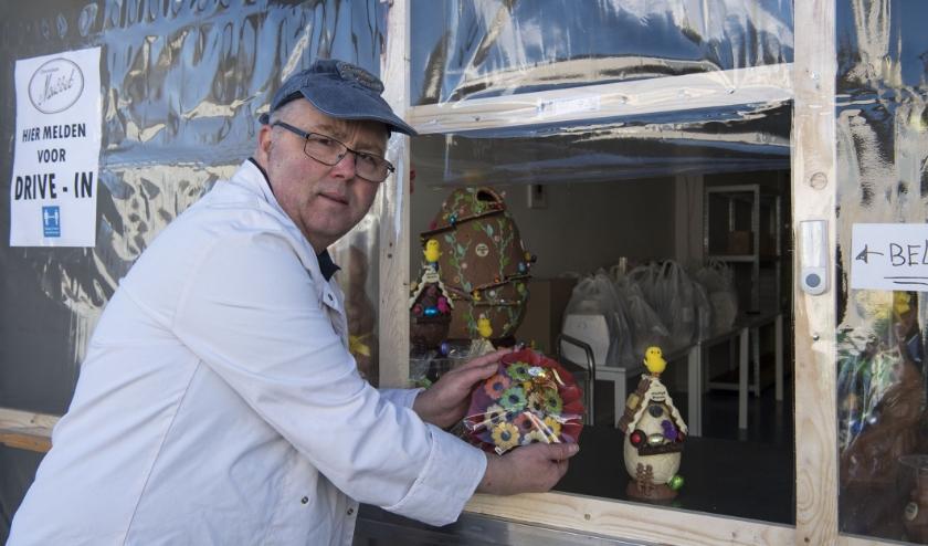 Marco Gerrits heeft voor Pasen prachtige chocoladelekkernijen gemaakt en verkoopt die via de drive-in.