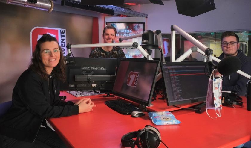 Enkele redacteuren van 1Twente Vandaag in de studio, met op de voorgrond eindredacteur Laura Ratering. (Foto: 1Twente)