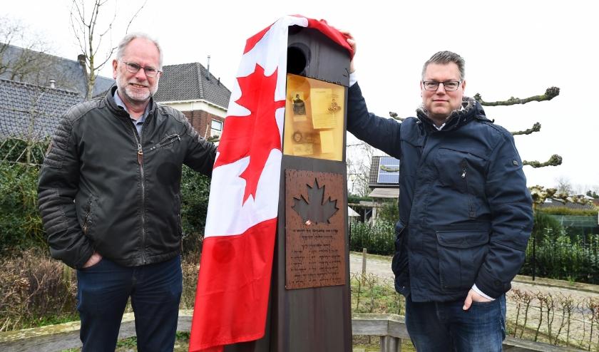 Toon Helmes (links) en Niels Berendsen bij het oorlogsmounument in Etten. (foto: Roel Kleinpenning)