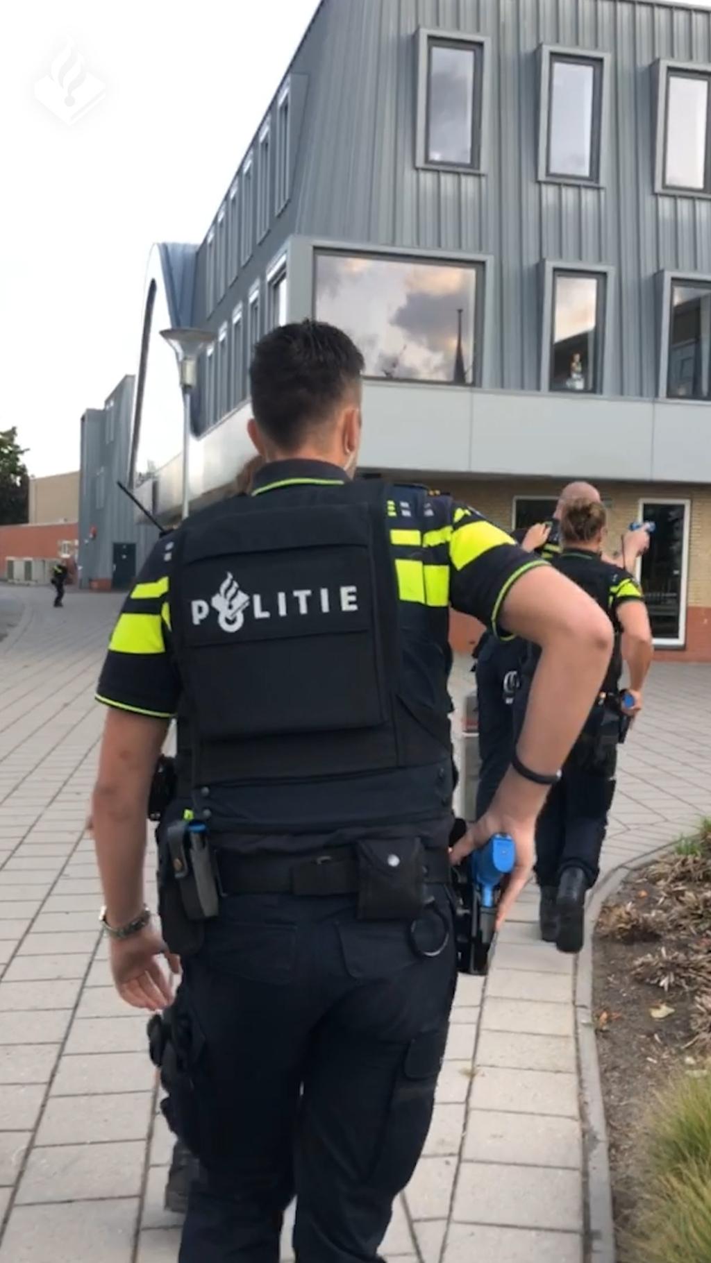 Het team heeft een melding gekregen over een gijzeling in een schoolgebouw Foto: Politie Oost-Nederland © DPG Media