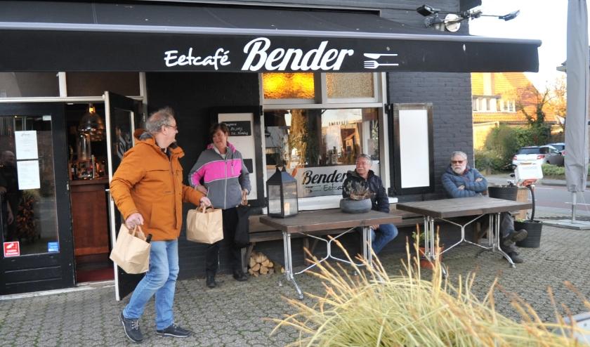 Bij eetcafé Bender houden 'afhalers' respectabele afstand van elkaar. Foto: gertbudding.nl