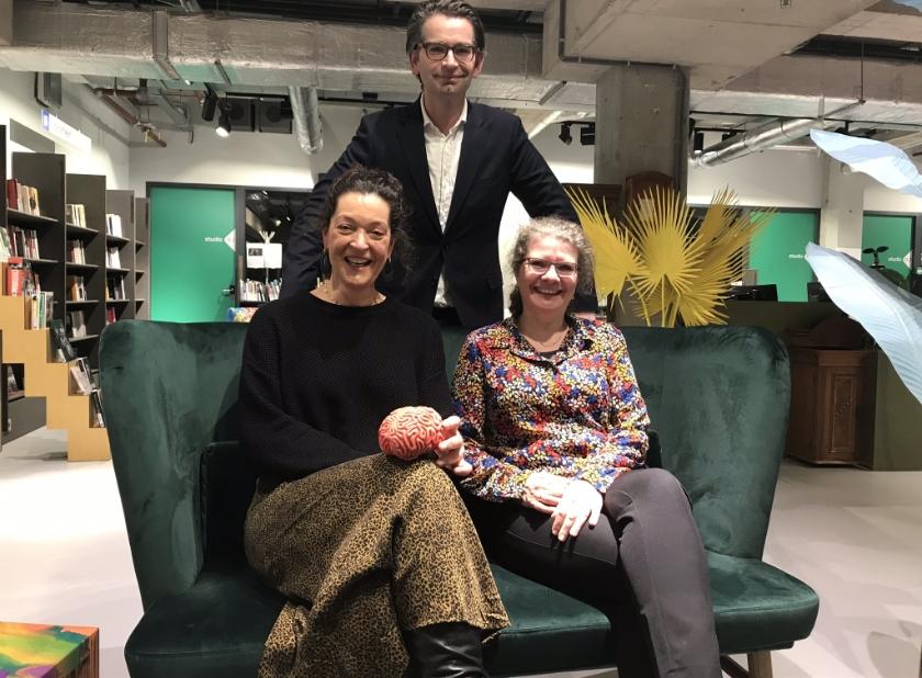 Anke Remijn (Investeren in Leren), Martijn Kirsten (Het Talentenhuis Delft) en Ellen de Looff (School's Cool) bieden huiswerkbegeleiding aan kinderen van ouders met weinig geld.