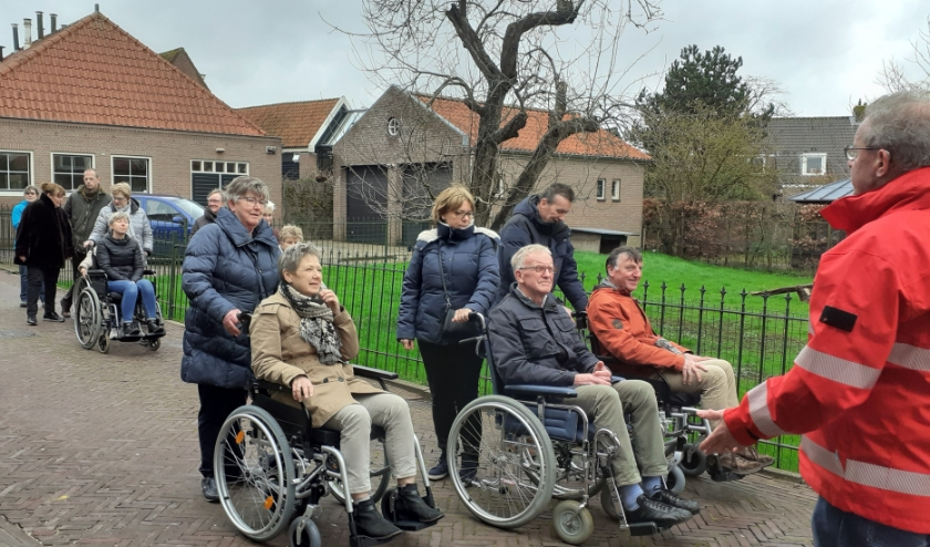 Tijdens de aftrap van het seizoen reden oude en nieuw vrijwilligers elkaar om zelf ervaringen in de 'bolide' op te doen. (Foto: Petra v.d. Heuvel v.d. Ven)