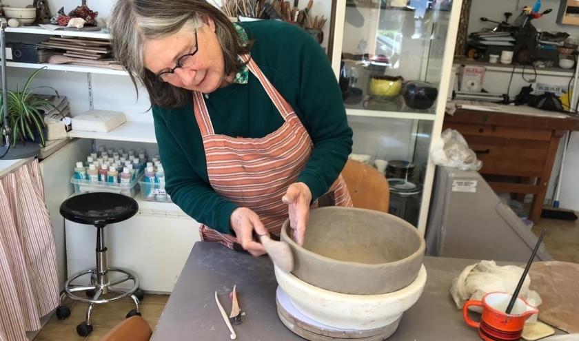 Keramiste Jeannette Huizenga kijkt met plezier uit naar ontwerpen voor de Vuurschaal. (Foto: Jur Huizenga)