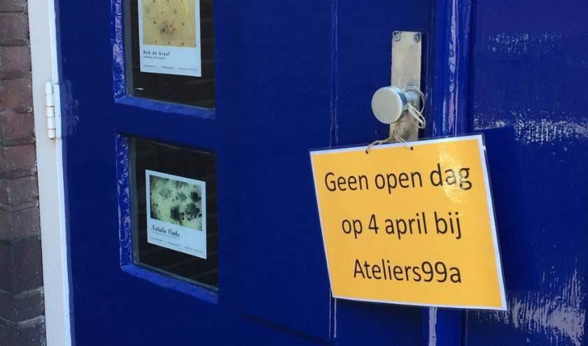 gesloten deur Ateliers99a in de Dorpsstraat met mededeling
