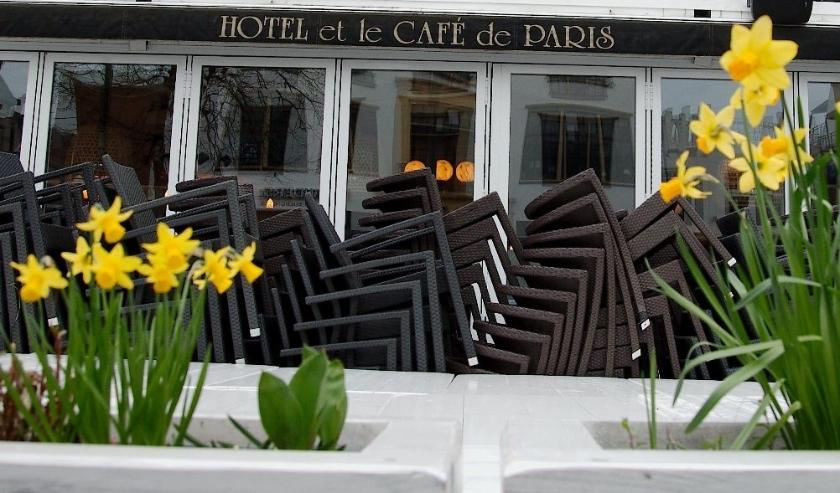 OPgestapelde terrasstoelen bij de Apeldoornse horeca geven aan dat de boel op slot zit. (foto Gert Perdon)