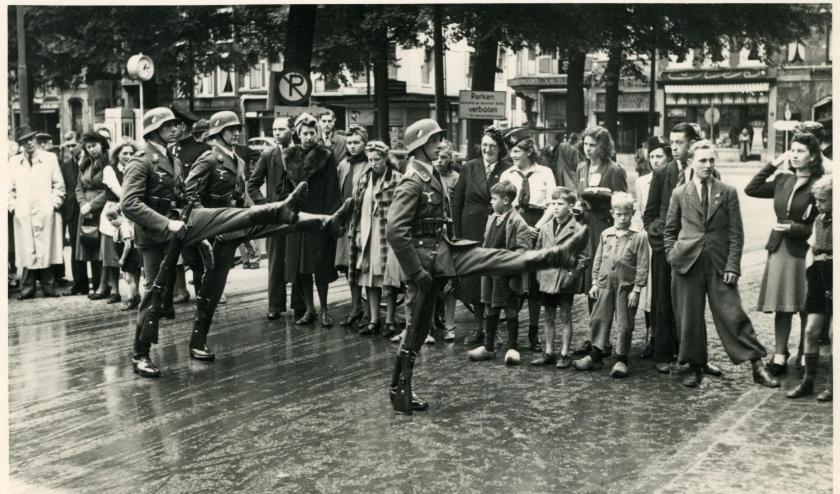 Duitse militairen marcheren in 1940 op het Plein in Den Haag.