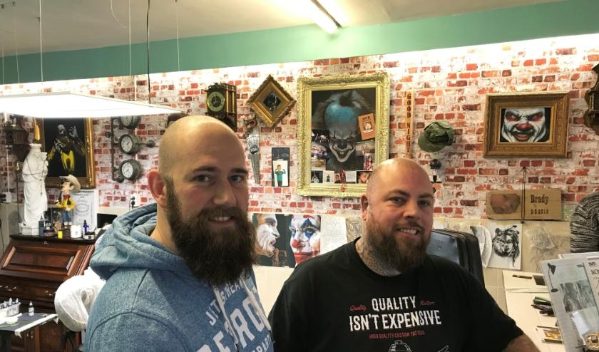 Op initiatief van Dennis van der Stroom (links) zet Danny van de gelijknamige Tattoo Place tatoeages voor KiKa. (Foto: Martina Roovers).