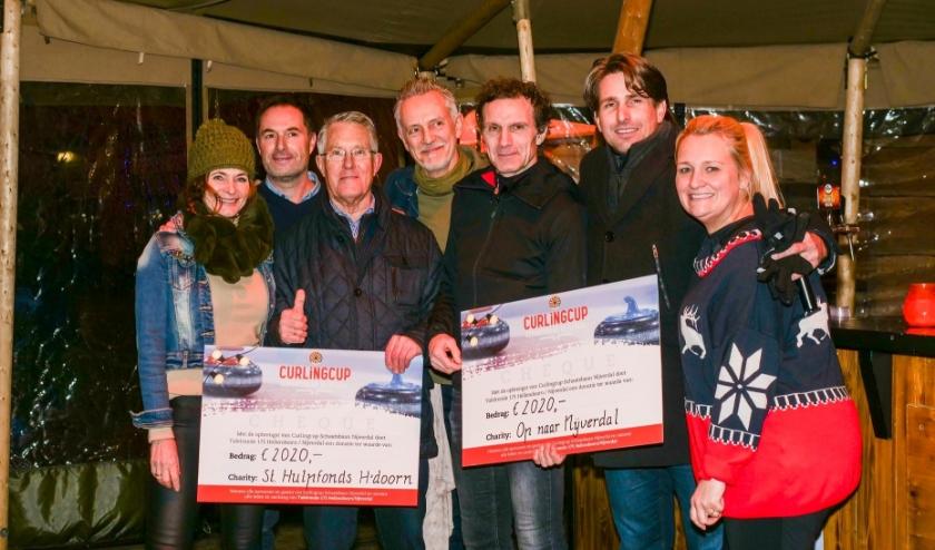 Vrijwilligers van Stichting Hulpfonds Hellendoorn kregen begin dit jaar een gulle donatie van Tafelronde 175 Hellendoorn, na afloop van de CurlingCup. (Foto: Reike Podt)