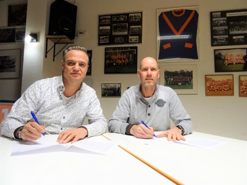 Bob Jansen (rechts) tekent in het bijzijn van voorzitter Paul Leertouwer zijn CHRC-contract.