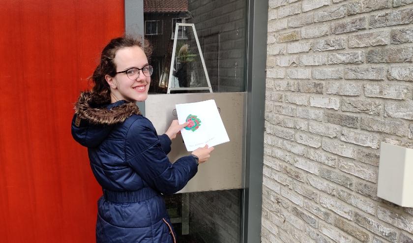 Roos doet opnieuw een paar mooie tekeningen in de brievenbus van het Futurahuis aan de C. Valeriusstraat in Oudewater. (Foto: Jan Leeuwenburgh)