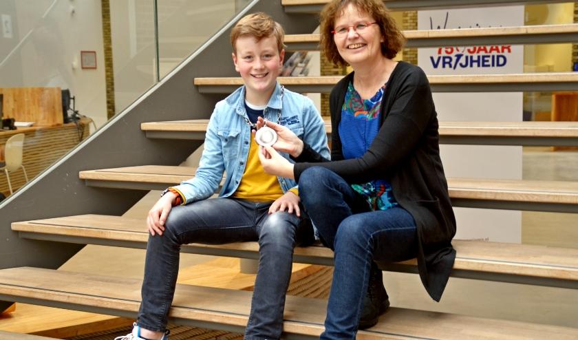 Kinderburgemeester Mats van Leersum en Mieke van Hooft kijken samen vooruit naar de Jeugdlintjes (foto Jan Boer)